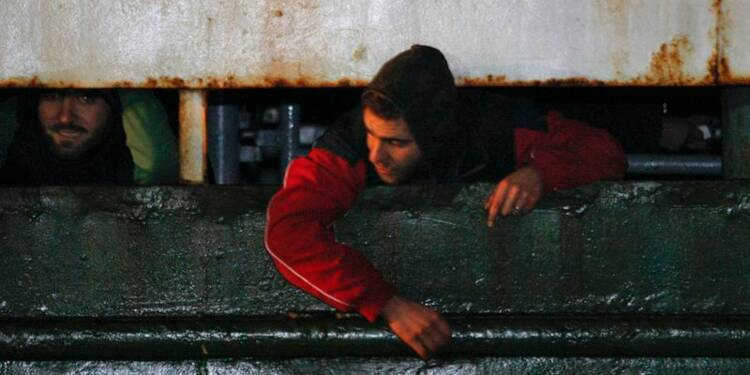 L'Italie amène à quai un cargo fantôme de migrants à la dérive
