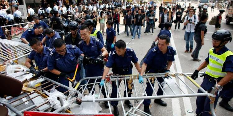 La police de Hong Kong démonte des barricades