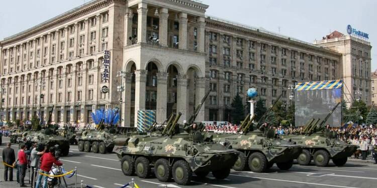 L'armée défile à Kiev, des prisonniers exhibés à Donetsk