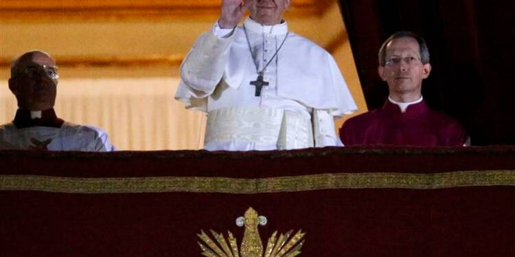 Le pape François Ier prononce sa première bénédiction