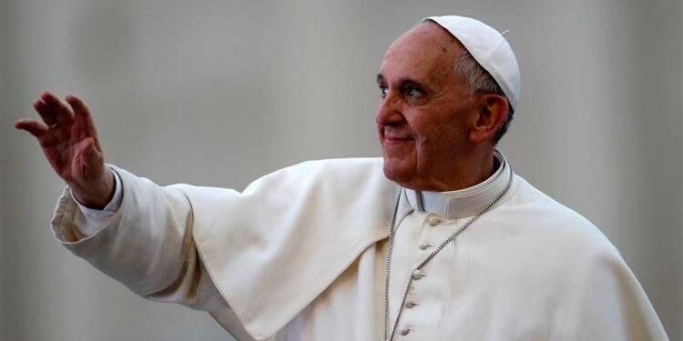 Le pape François entre sourire et gravité place Saint-Pierre