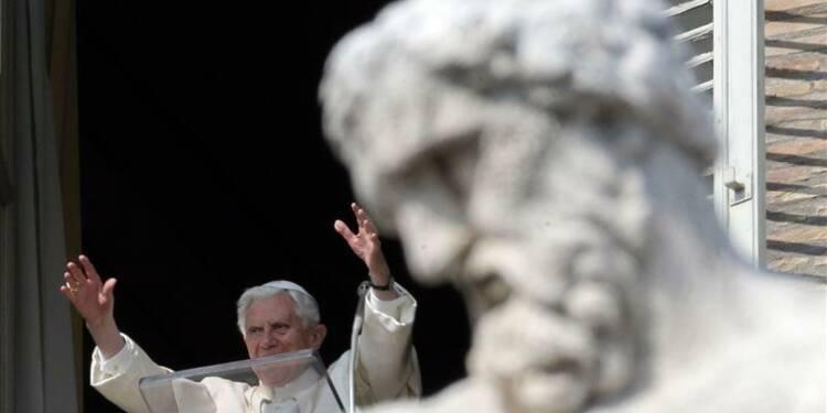 Place Saint-Pierre, le pape appelle les fidèles à la prière
