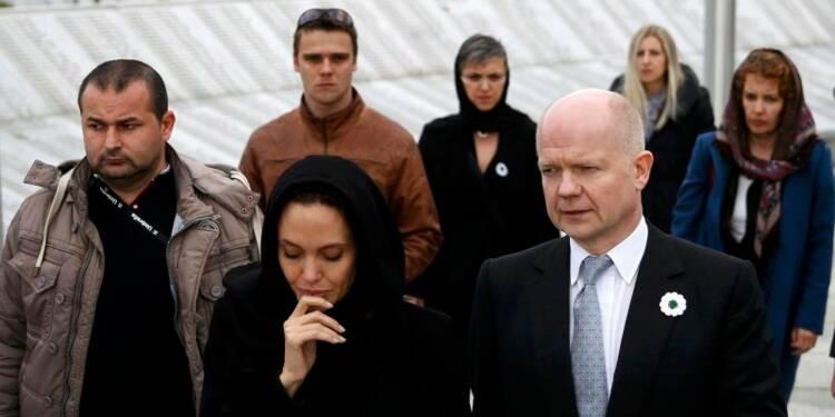Angelina Jolie auprès des femmes violées de Srebrenica