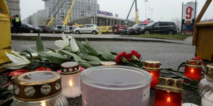 Le toit d'un supermarché s'effondre en Lettonie, 21 morts