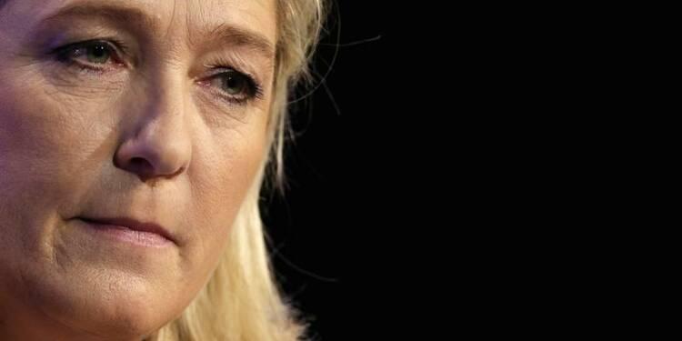 """Marine Le Pen demande la dissolution des groupes """"antifas"""""""