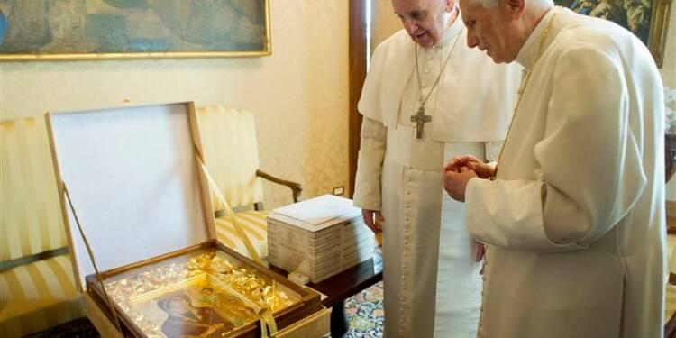 """Le pape François rend visite au """"pape émérite"""" à Castel Gandolfo"""
