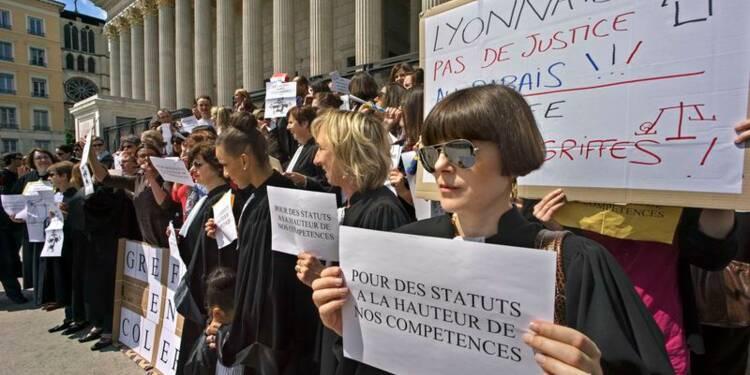 Des centaines de greffiers en colère défilent en France