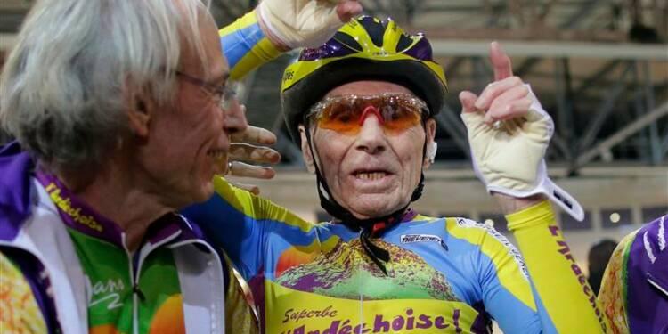 Un cycliste de 102 ans bat son record de l'heure