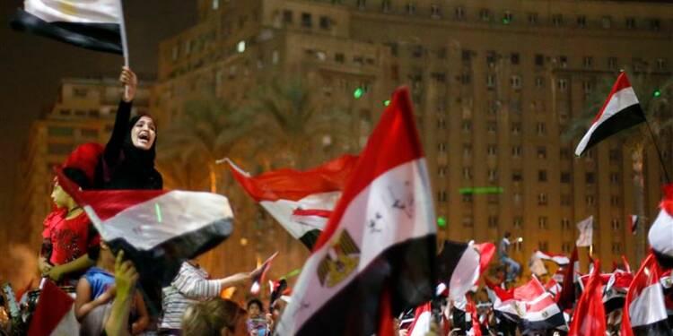 Escalade de la violence en Egypte, Morsi défie l'armée