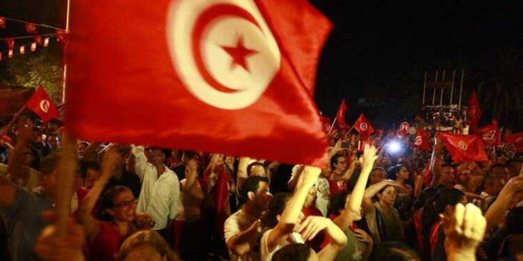 Manifestants par milliers à Tunis contre le gouvernement
