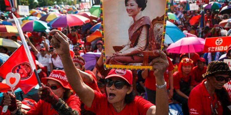 """Les """"chemises rouges"""" manifestent à leur tour à Bangkok"""