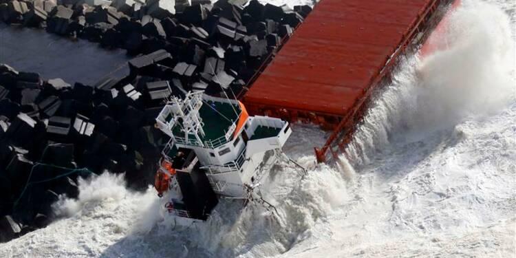 Un cargo échoué et coupé en deux au Pays basque