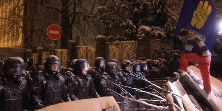 La police ukrainienne démantèle des barricades à Kiev