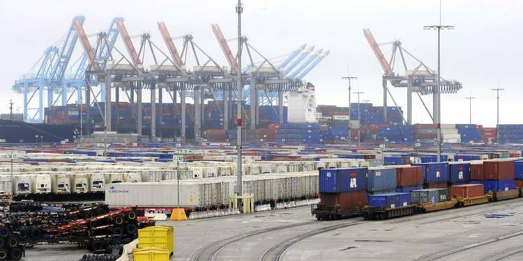Baisse plus forte que prévu du déficit commercial américain