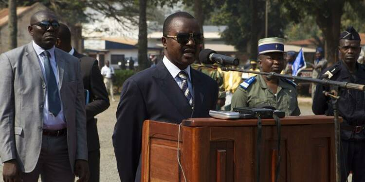 Le nouveau dirigeant centrafricain tape du poing sur la table