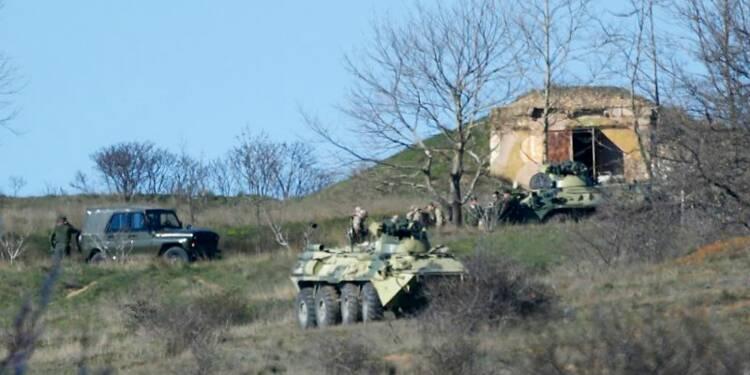 Les forces russes encerclent une base ukrainienne en Crimée