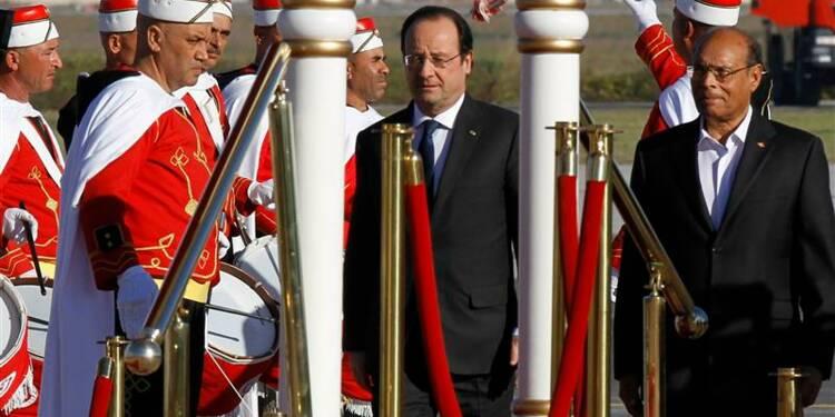 Hollande à Tunis pour la cérémonie d'adoption de la Constitution