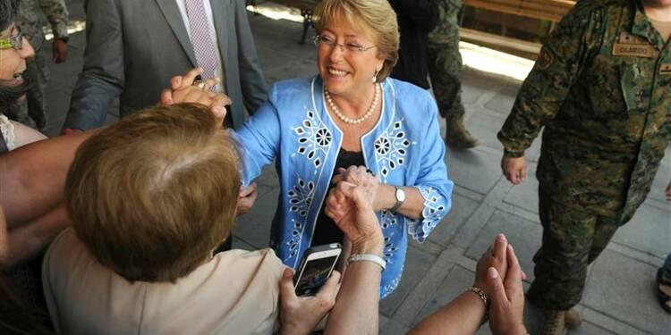 Michelle Bachelet sort largement en tête au Chili