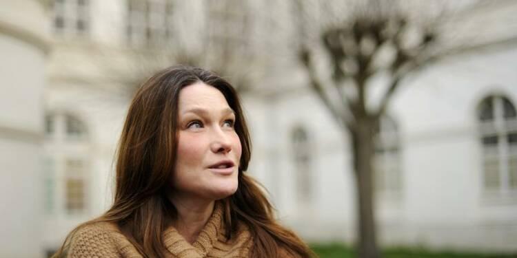 Carla Bruni dit chanter sur Sarkozy, pas sur Hollande
