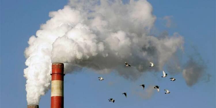 La taxe carbone rapportera 2,5 milliards en 2015, assure Ayrault