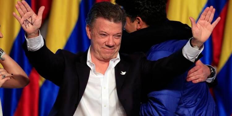 Réélu en Colombie, Santos promet de poursuivre vers la paix