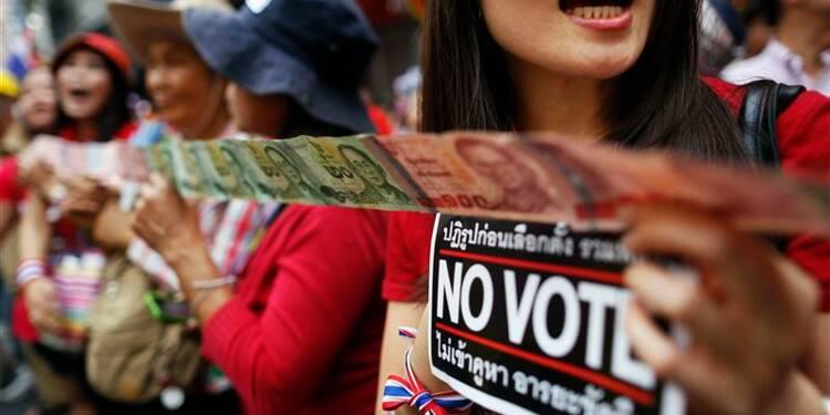 Manifestations à Bangkok avant les élections, des blessés