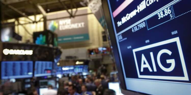 AIG fait mieux que prévu au 4e trimestre, relève son dividende