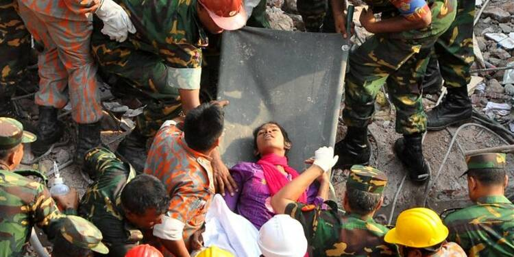 Plus de 1.000 morts dans l'immeuble effondré au Bangladesh