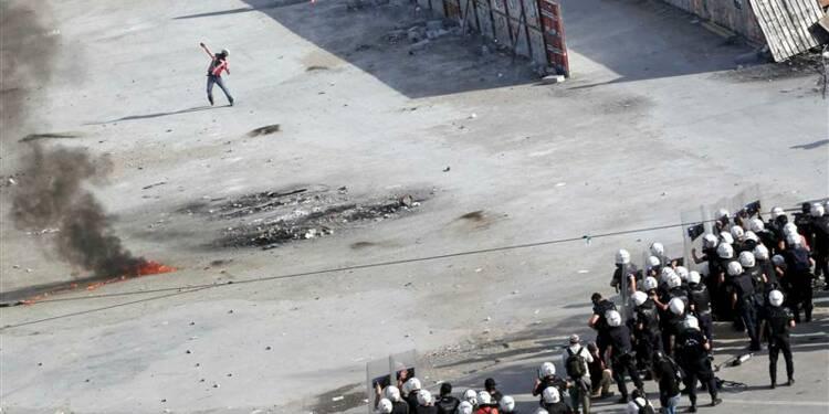 La police antiémeute turque entre sur la place Taksim