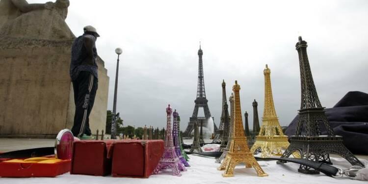 Soixante tonnes de Tour Eiffel miniatures saisies