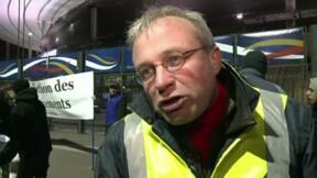 Les grévistes de PSA interpellent Hollande au Stade de France