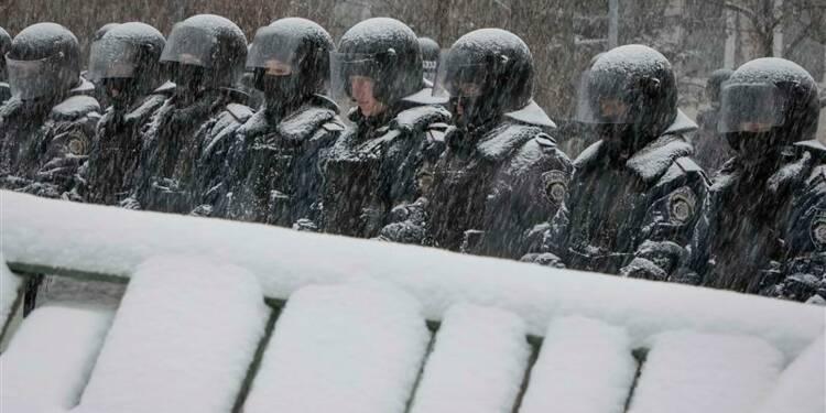 La police ukrainienne prend position près de la mairie de Kiev