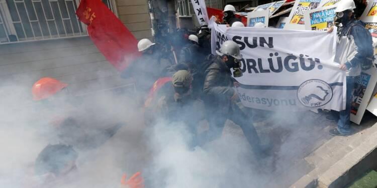 La police anti-émeutes bloque des manifestants à Istanbul