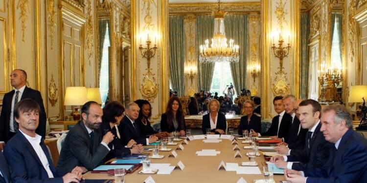 Macron donne directives et directions au premier conseil