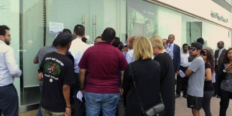 Qatar: foule devant un bureau de Qatar Airways