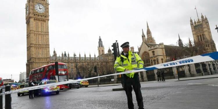 Un assaillant atteint par des tirs dans l'enceinte du parlement de Londres, un policier poignardé