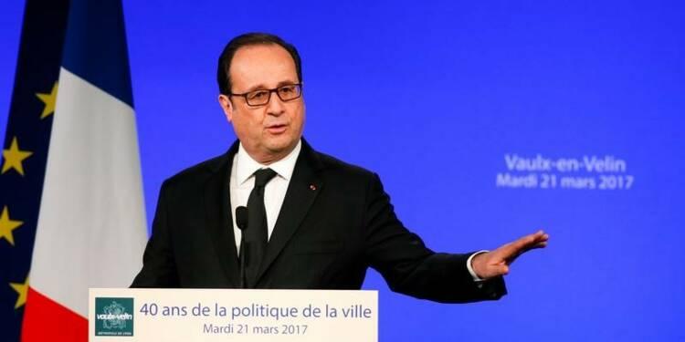 Hollande défend la Ve République critiquée par Hamon