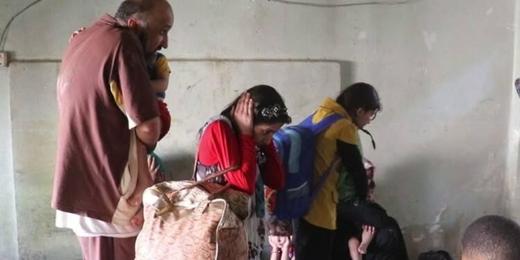 Des civils terrifiés fuient les balles de l'EI à Mossoul