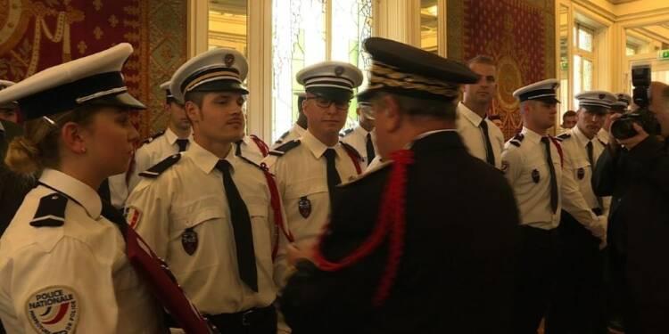 Médailles aux policiers après l'attentat aux Champs-Elysées