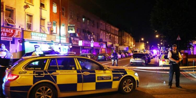 Une camionnette fonce sur des piétons devant une mosquée de Londres