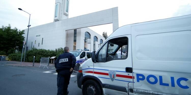Un homme tente de foncer dans la foule devant une mosquée de Créteil