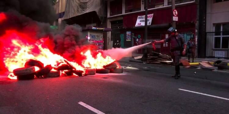 Brésil: des manifestants bloquent les routes de Sao Paulo