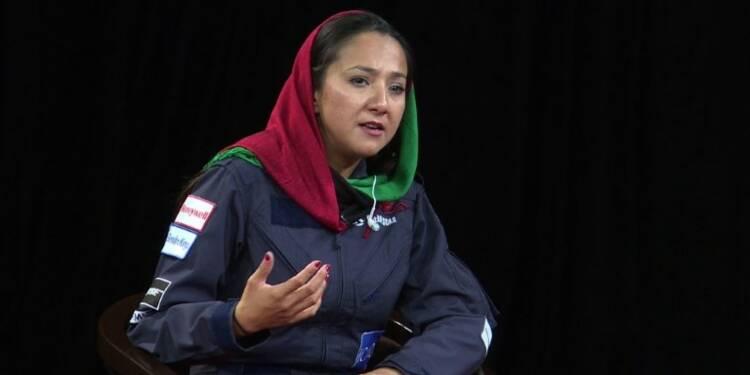 Une pilote afghane invite les filles à poursuivre leurs rêves