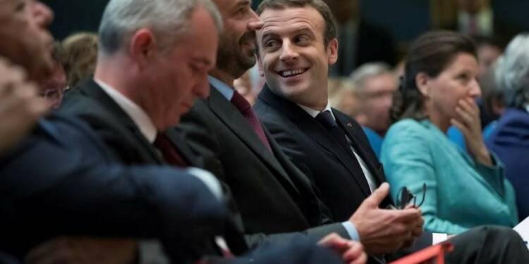 """Macron propose un """"pacte"""" aux élus locaux"""