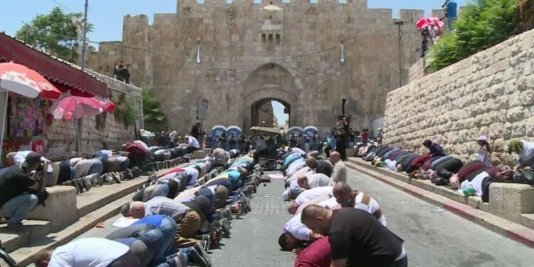 Jérusalem: prière à l'extérieur de l'esplanade des Mosquées