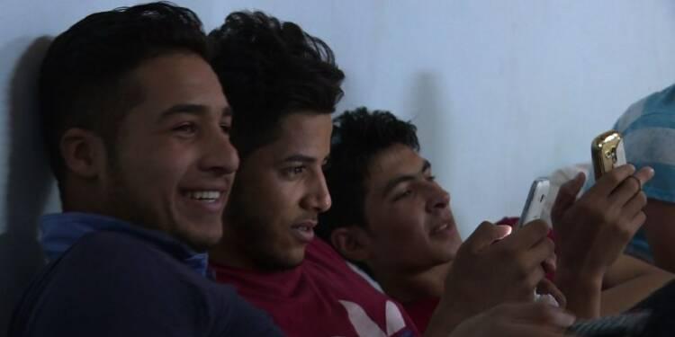 Séparés, des enfants attendent leurs parents près de Mossoul