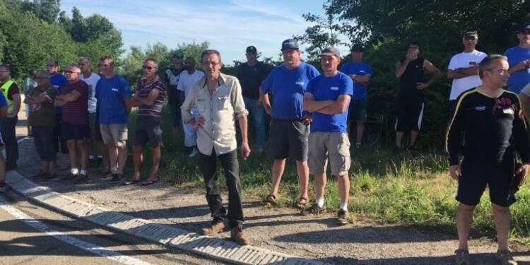 Action des salariés de GM&S devant l'usine Renault de Villeroy