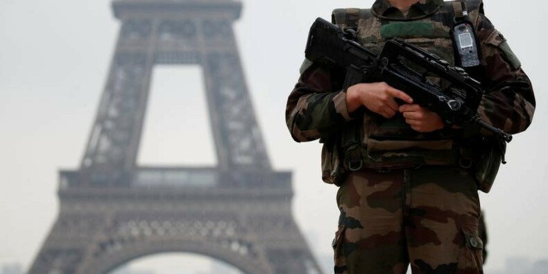 Garde à vue prolongée pour le suspect de la Tour Eiffel