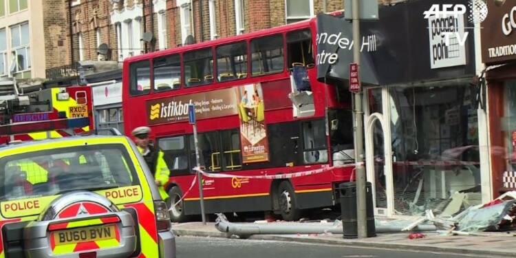 Un bus à impériale s'encastre dans un magasin à Londres