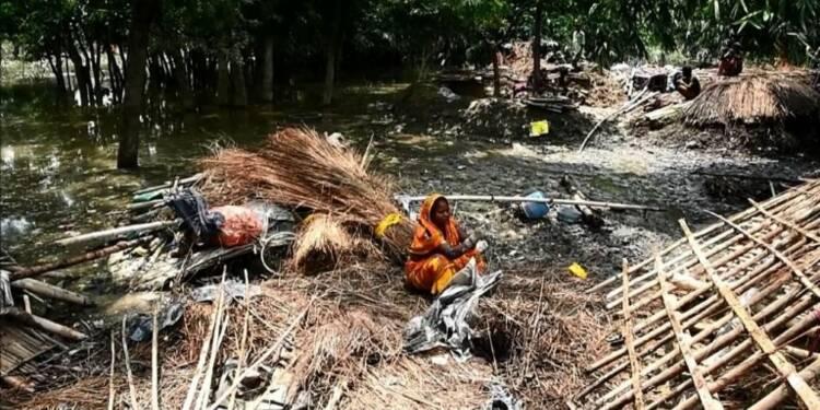 Des abris de fortune pour les victimes des inondations au Népal